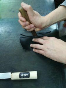 正しい革切りの手の位置