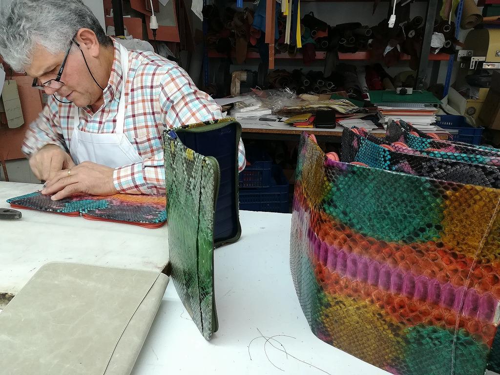 エトネの工房で新商品のノートカバー式クラッチバッグを作っている様子